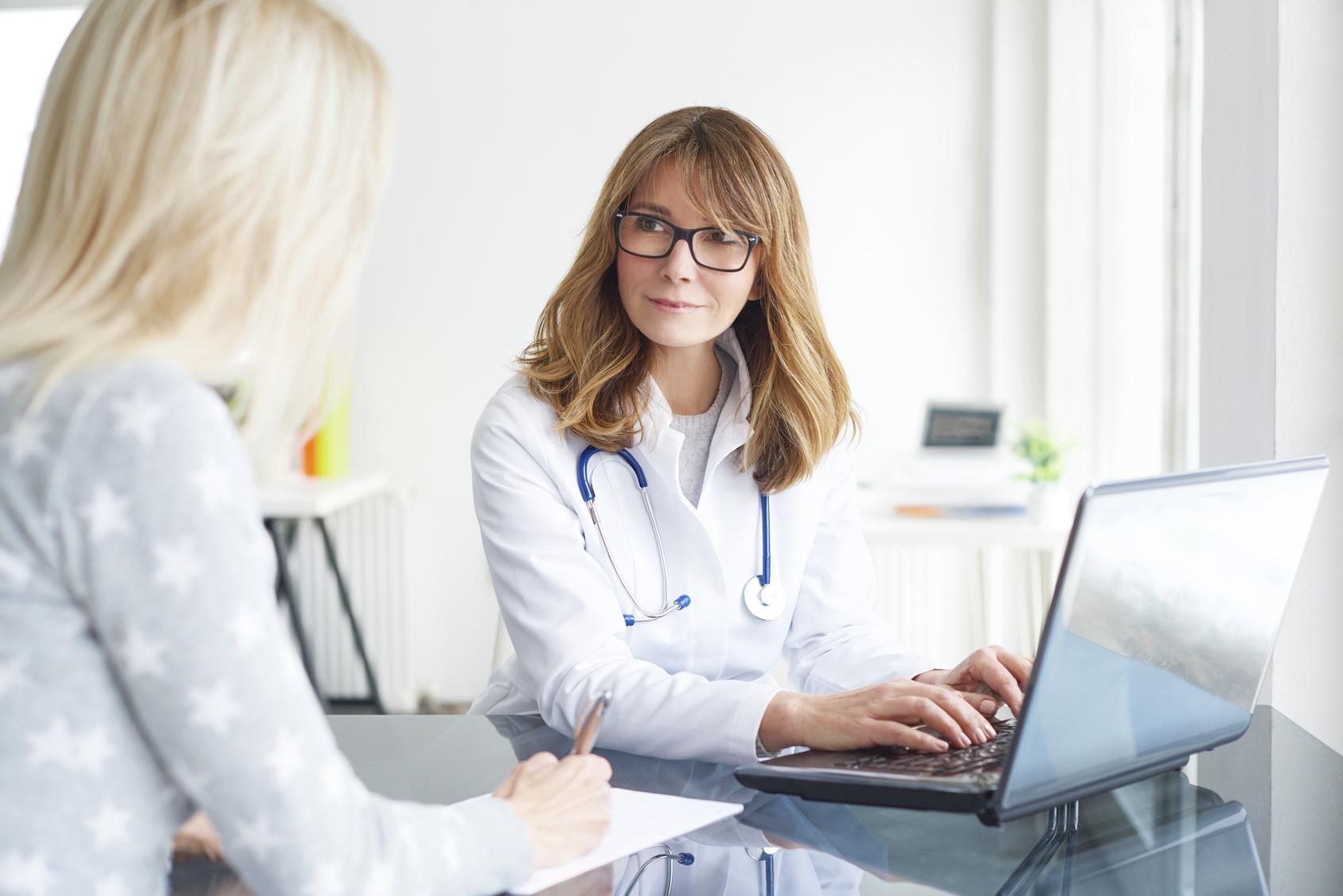 Lekarz w trakcie rozmowy z pacjentką